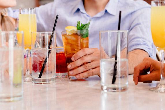 Làm thế nào để rửa ly cốc quầy bar nhanh?